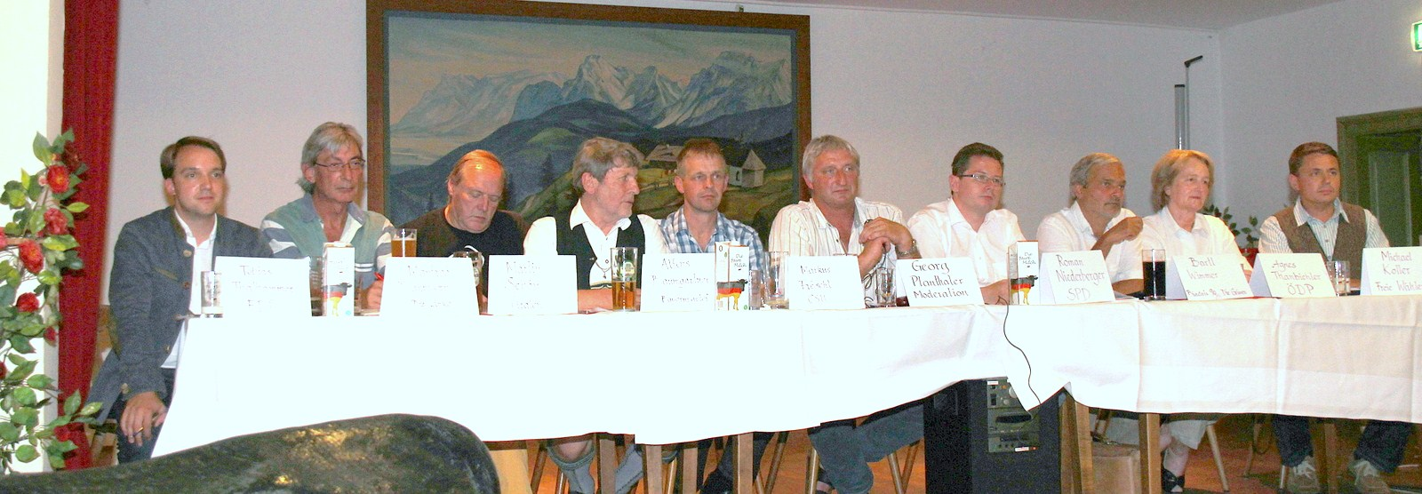 von links: Tobias Thalhammer (FDP), Manfred Dannhorn (Linke), Martin Schön (Piraten), Alfons Baumgartner (BP), Markus Fröschl (CSU), Georg Planthaler(Moderator), Roman Niederberger (SPD), Bartl Wimmer (Grüne), Agnes Thannbichler (ÖDP), Michael Koller (FW)