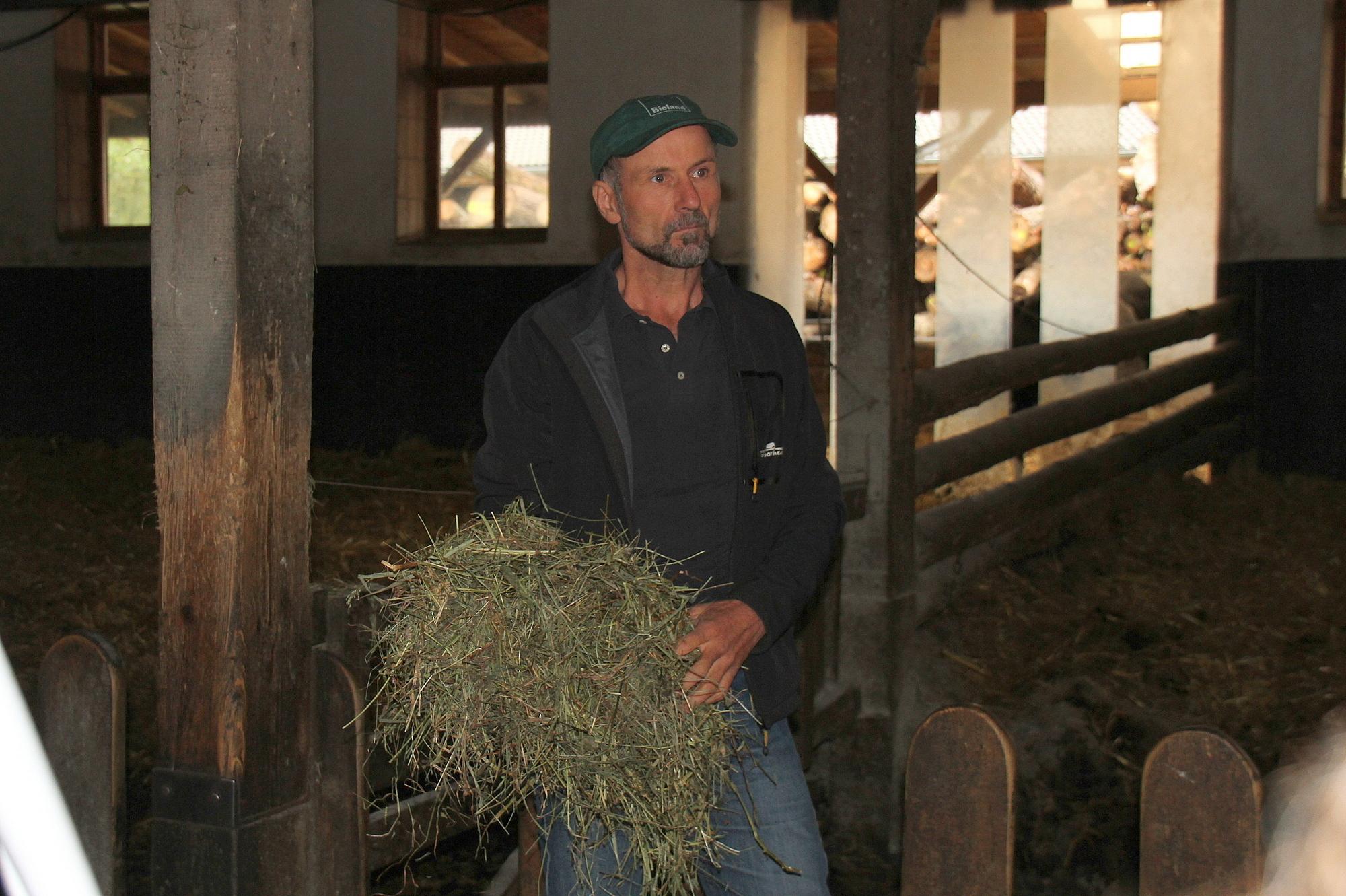 Sepp Braun erläuterte die richtige Zusammensetzung des Heus für die Gesundheit der Tiere.